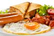 Engels grill-ontbijt met worst, bacon en ei recept
