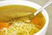 Heldere soep met gerookte kipfilet en bladerdeeg sterretjes recept