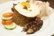 Nasi met kip, omelet en pikante zoet-zure saus recept