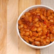 Bruine bonenschotel met sla en aardappel