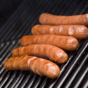 Hotdogs met mosterd op de barbecue recept