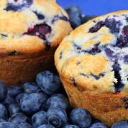 Muffins met blauwe bessen en slagroom