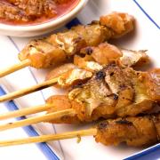 Sat� babi banjar (blokjes varkenshaas in een ketjap sausje)