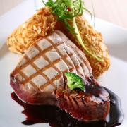 Gegrilde tonijnsteak met lauw/warme sesamdressing