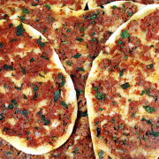 Turkse pizza (Lahmacun) recept