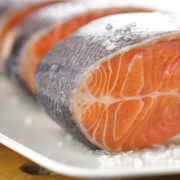 Warme gerookte zalm met spinaziedressing