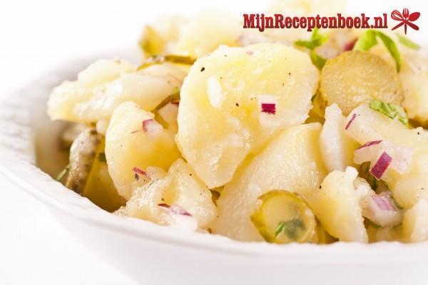 Aardappelsalade met gerookte forel en ei