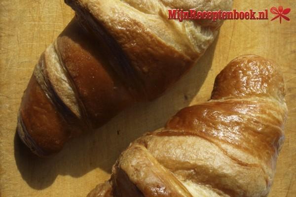 Croissant met blauwe bessen en Griekse yoghurt voor brunch