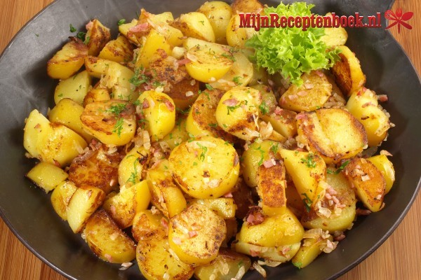 Gebakken aardappelen met ui, spek en tuinkruiden