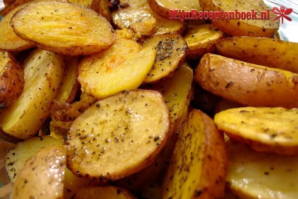 Gebakken aardappelschijfjes met kruiden en ham
