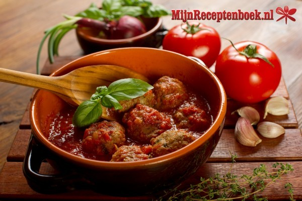 Gehaktballetjes in pittige tomatensaus