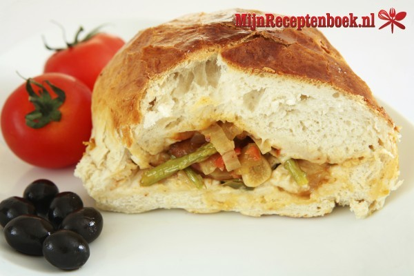 Gevuld stokbrood (kaas, champignons, ei, tomaat, uitjes en paprika)