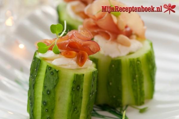 Gevulde komkommer tonijn