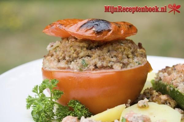 Gevulde tomaat (ui, rijst en peterselie)