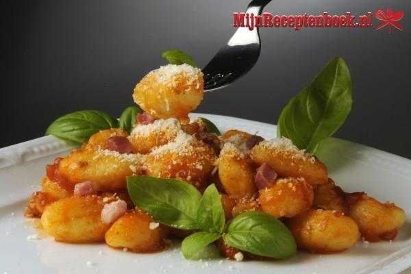 Gnocchi pesto met mozzarella, ham, spek, en tomaat