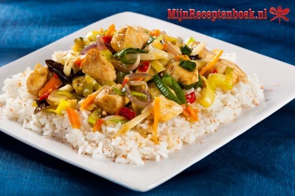 Gebakken rijst met ham, garnalen en prei