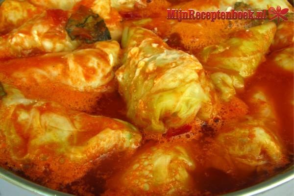 Koolgehaktrolletjes in tomatensaus