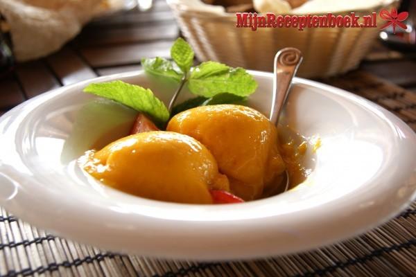 Mangoijs met gekarameliseerde ananas en citroenschil