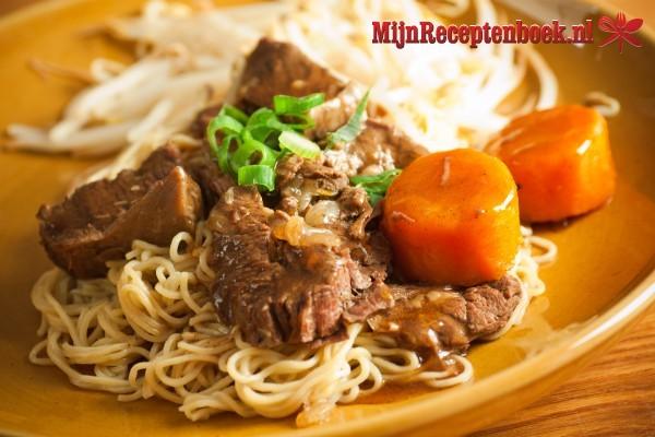 Mie babi sajoer (noedels met varkensvlees en groenten)