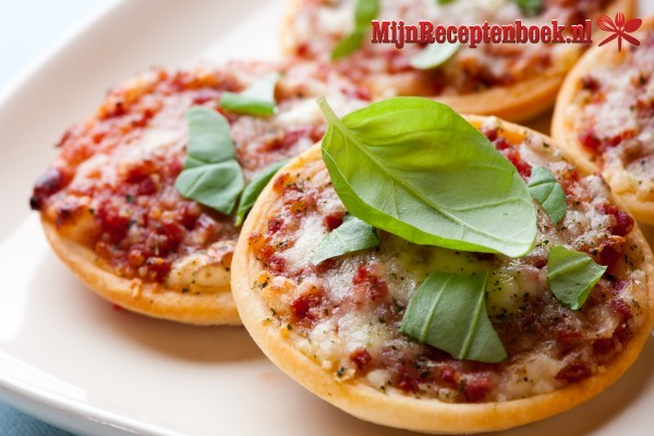Mini pizza met ham en salami