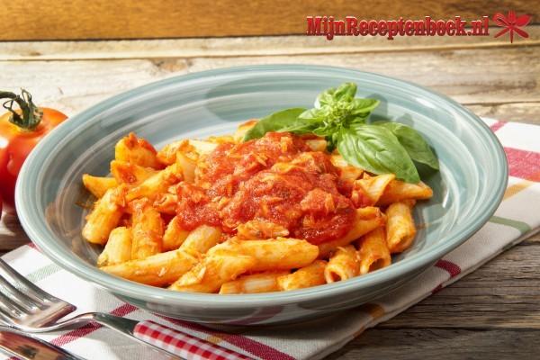 Pasta met tomaten tonijn en rucola