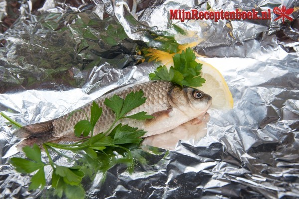 Pepesan (gekruide vis in pakketje)