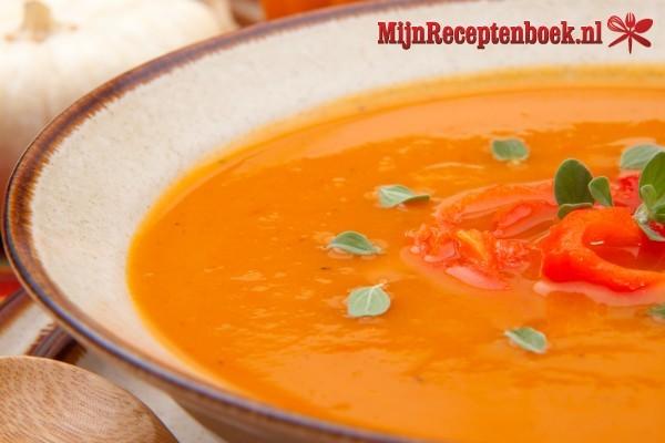 Pompoen-tomatensoep met witte boontjes