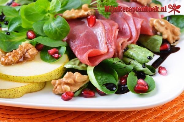 Salade van gerookte eendenborst met groenten en geitenkaas