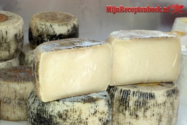 Knoflookbrood met schapenkaas en serranoham