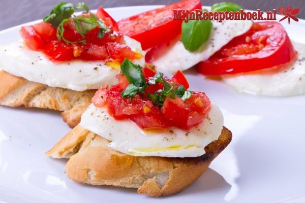 Tomatensoep met kaasbroodjes