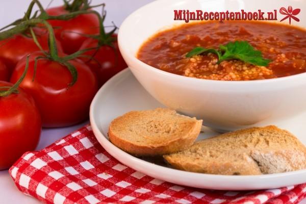 Tomatensoep met knoflookbroodjes