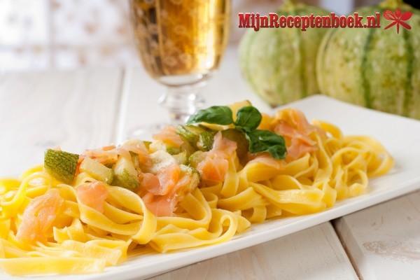 Pastasalade met zalm en rucola