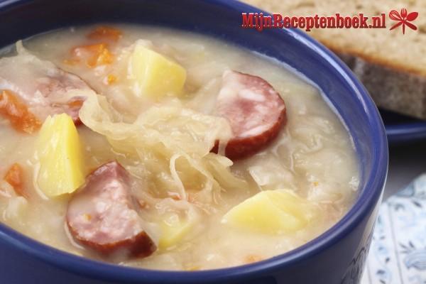 Sajoer kol bandeng (soep van spitskool en makreel)