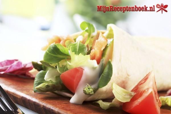 Gevulde wraps met zalm, kaas en komkommer