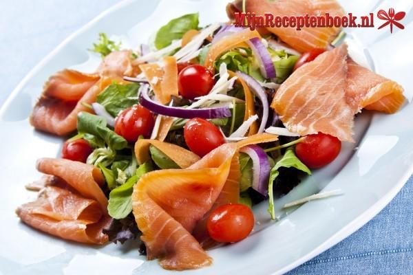 Salade met gerookte zalm en ei